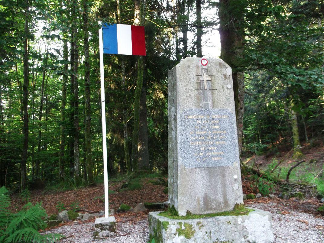 Au col, le monument à la mémoire de Michel Parmentier, engagé volontaire, qui mourut ici le 28/11/1944 à l'âge de 27 ans, lors des combats pour la libération de Bussang.