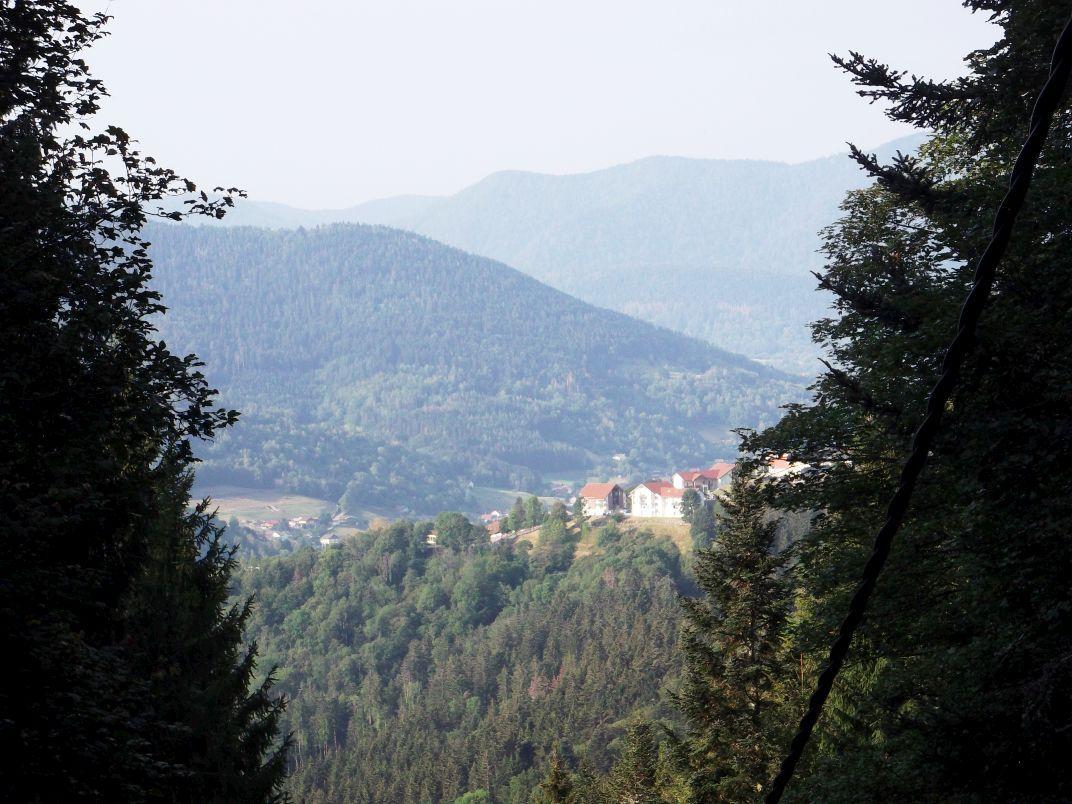 Un peu plus loin encore, dans un autre virage de la route : belle vue sur les hauteurs de Bussang.