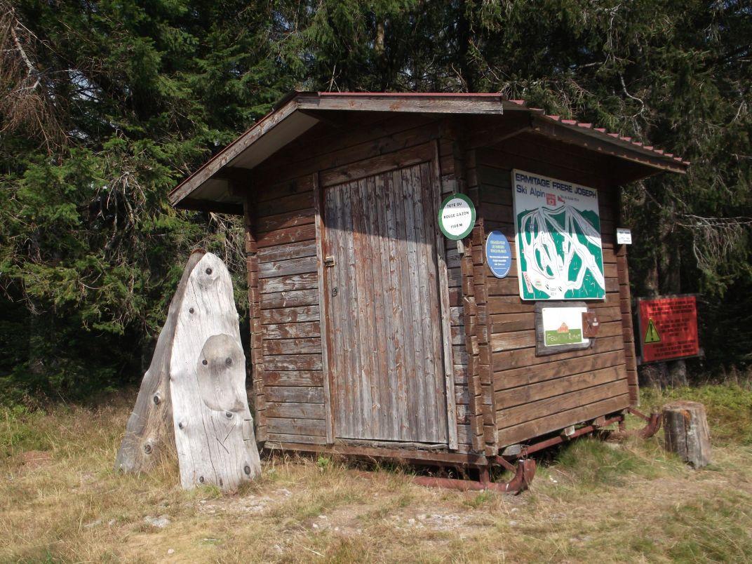 Sur la gauche, la piste Les Airelles est déclarée ouverte ; l'ancienne cabane de service renferme encore un antique traineau de secours.