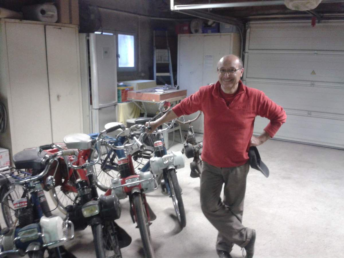 M. Pérez, président des Vieilles Roues, dans son atelier à Monteux