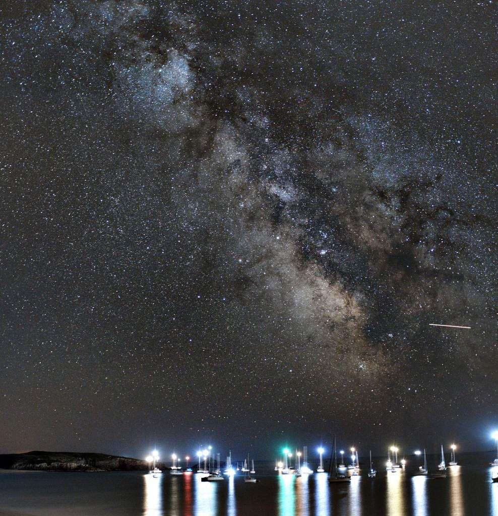 la voie lactée est révélée sous un ciel limpide, comme l'ile de Houat, sans pollution lumineuse