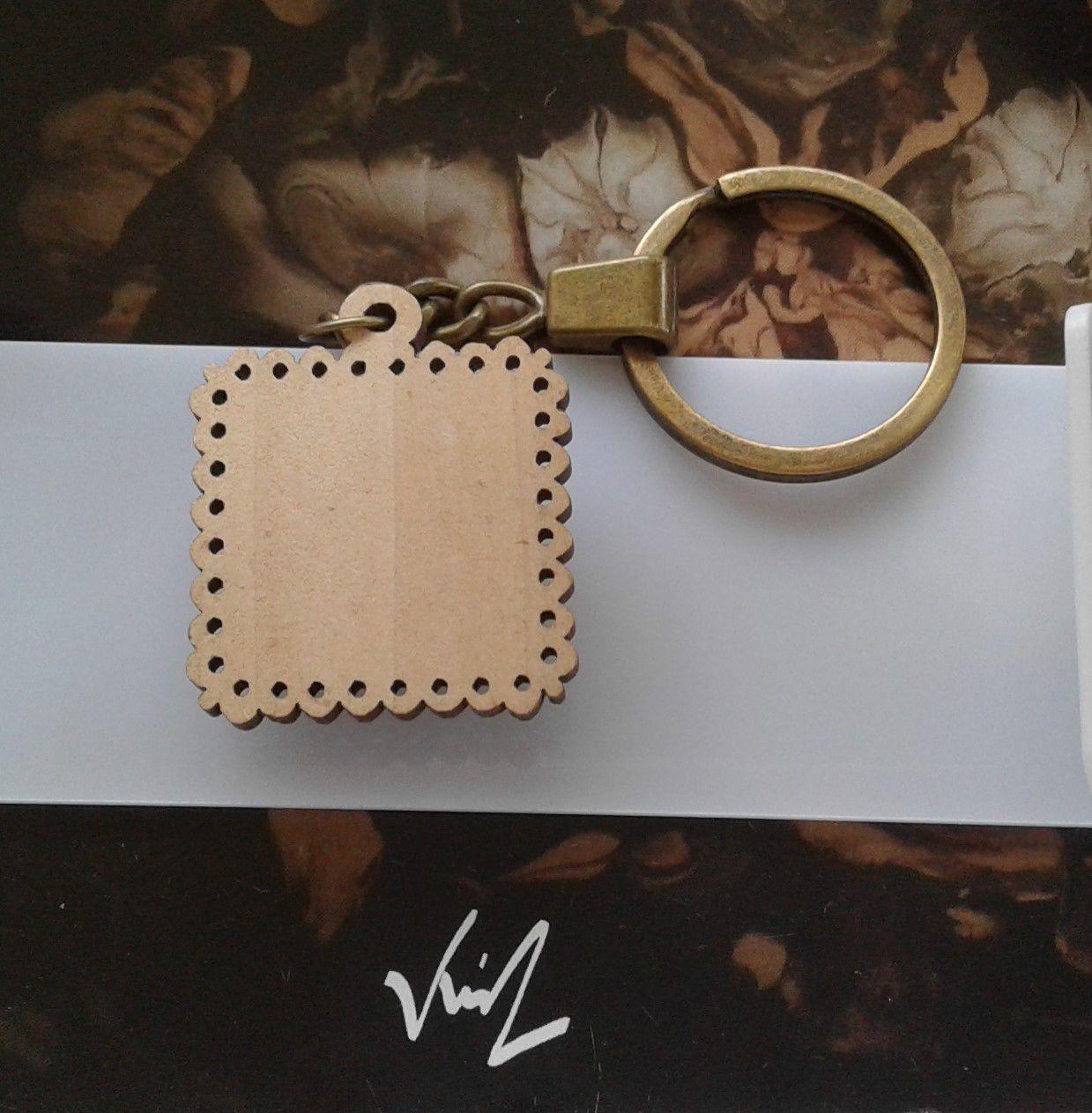 Fait mains en France,porte clé quartz rose,pierre fine semi précieuse,bois naturel,cabochon carré 20mm,ouvragé,fermoir anneau laiton bronze,accessoire maroquinerie clé,bijou de sac,cadeau fete anniversaire unisex,bobo boho gothique,baroque art deco edouardien,victorien