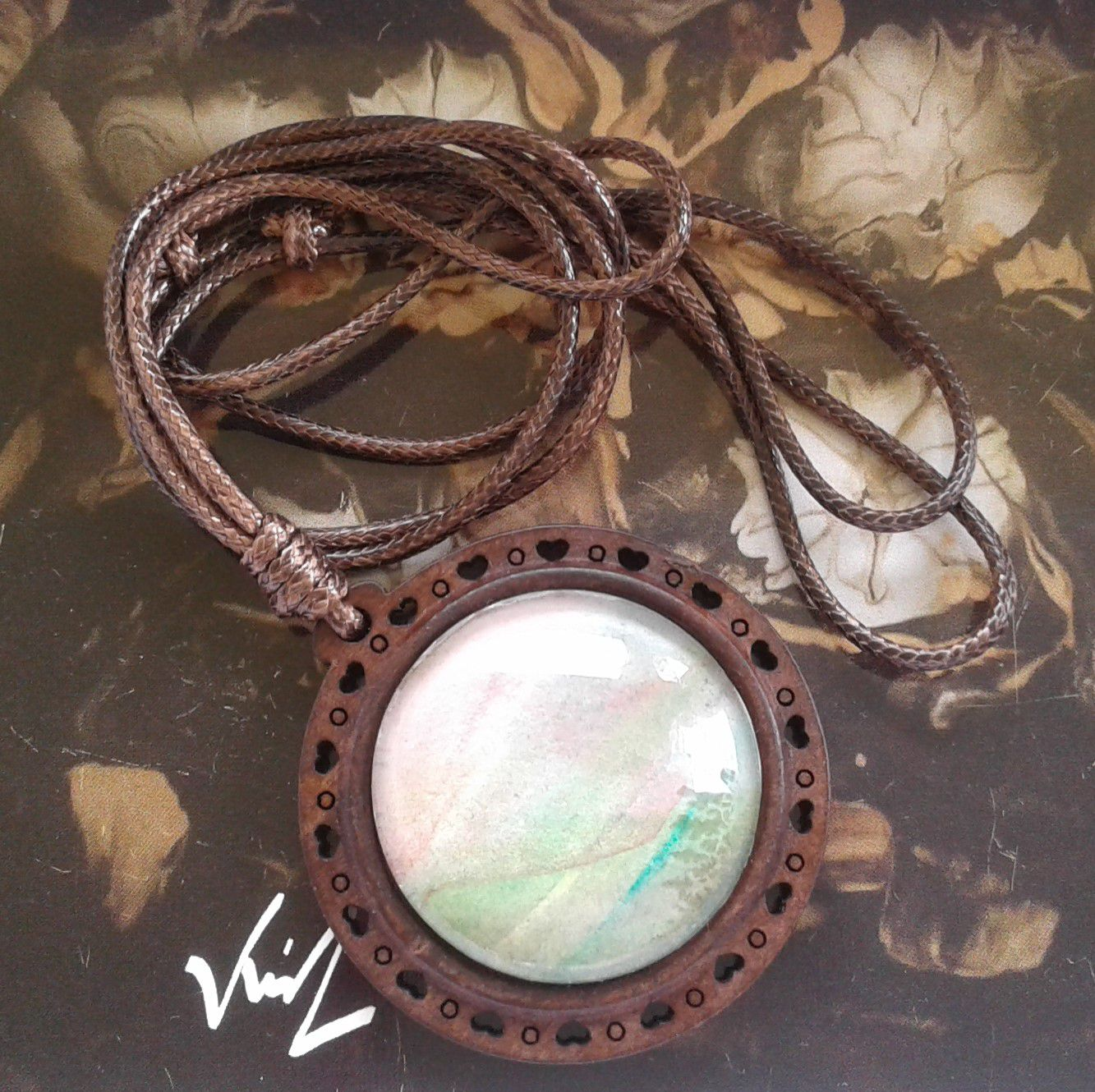 Fait mains en france, par artiste peintre,aquarelle originale isabelle k,rouge marron vert,pendentif bois,coeurs ouvragé,cabochon rond 25mm,cordon coton marron ajustable,boho bobo gothique,mode fashion punk,edouardien contemporain,art deco moderne,cadeau fete anniversaire,baroque