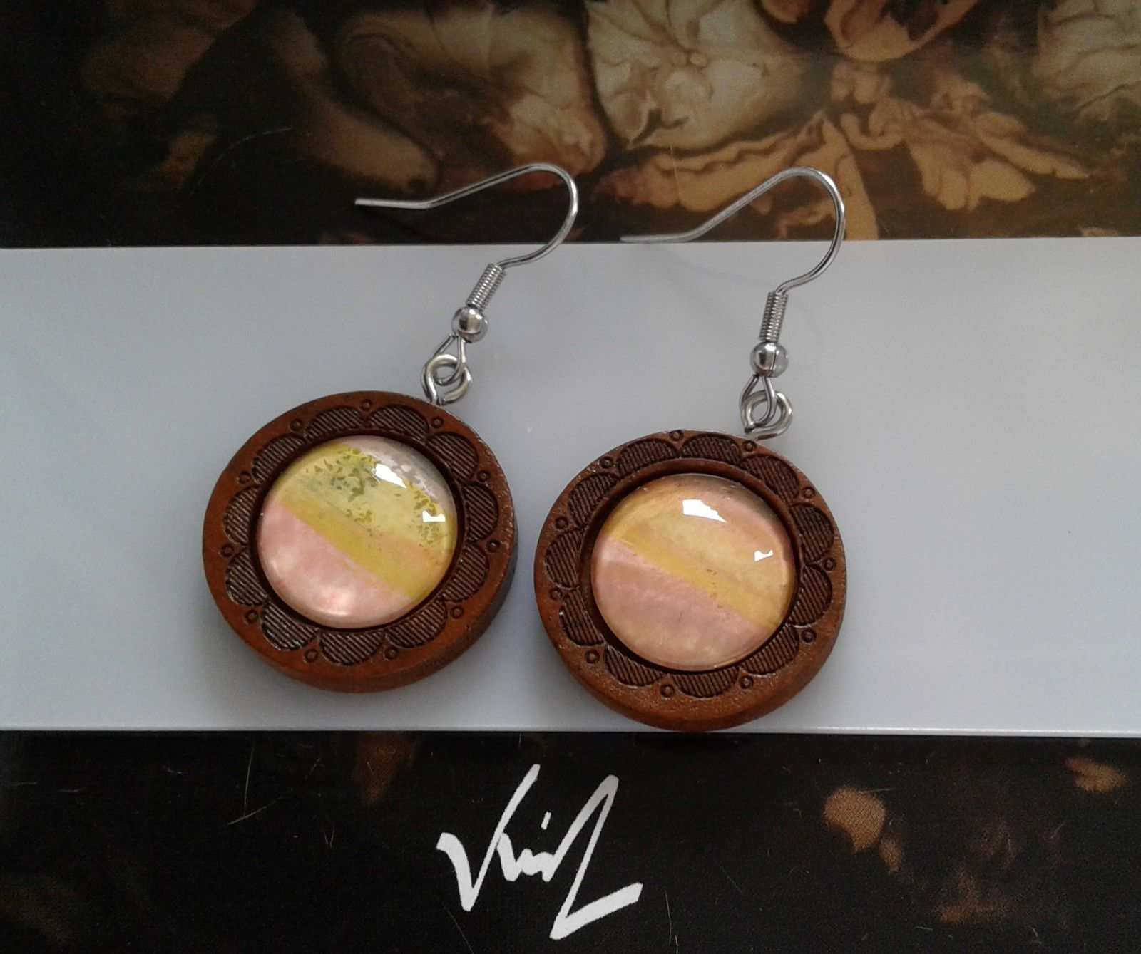Fait mains en france, par artiste peintre,aquarelle originale isabelle k,rose jaune orange,vert blanc marron,boucles oreilles bois,crochets acier inoxydable,fleuri,cabochons ronds 15mm,bijou femme fille,boho bobo fantastique,gothique art deco art nouveau,baroque victorien rococo,cadeau fete anniversaire