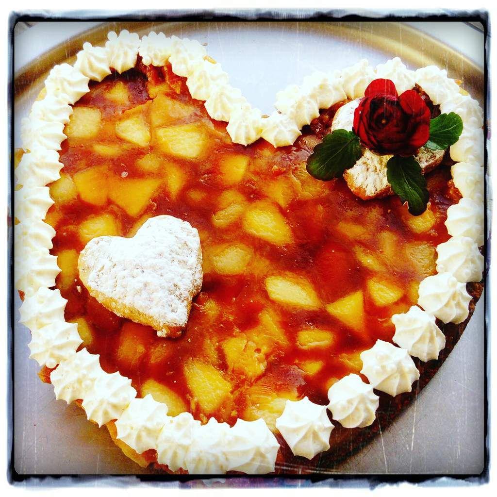 j ai imaginé cette tarte, en glanant quelques idées à droite à gauche de nos grands chefs (conticini, michalak, lignac, felder etc...) mais je ne trouve pas un titre alors je demande votre aide !!!! recette pour 6 à 8 personnes : 1) faire le fond dans un moule en forme de coeur en cookies : mélangez 70 g de sucre roux + 1 oeuf+60 g de beurre + 1/2 paq de levure chimique + 160g de farine + 5 daims, formez une boules et tapissez le fond du moule en forme de coeur, ( il vous restera de quoi faire quelques cookies), faire cuire 15 min à four 180°  faire refroidir et démoulez dans une plat 2) faire la farce tatin aux pommes :  épluchez 4 grosses pommes, faire revenir dans une poele avec 50 g de miel peu goutu et 30 g de beurre, il ne faut pas que les pommes brunissent, il faut  qu'elles soient translucides 3) dans une casserole faire un caramel sec : mettre 2 feuilles de gélatine dans un bol d'eau , faire un caramel à sec c'est à dire, mettre 100 g de sucre dans une casserole et le laisser devenir caramel, possibilité de versez en deux fois le sucre, ce sera plus facile, puis ajouter 45 g de crème liquide + 2 feuilles de gélatine 4) ajoutez à ce caramel les pommes 5) versez cette préparation dans le moule à coeur, laissez refroidir et mettre au congélateur deux à trois heures 6) sortir et démouler cette préparation sur le cookie en cœur 7) décorer d'une chantilly mascarpone crème liquide (recette déjà mise sur le blog)  !!!! voilà le secret de cette recette, j'attends vos propositions de noms à cette recette .... Merci pour votre aide !!!