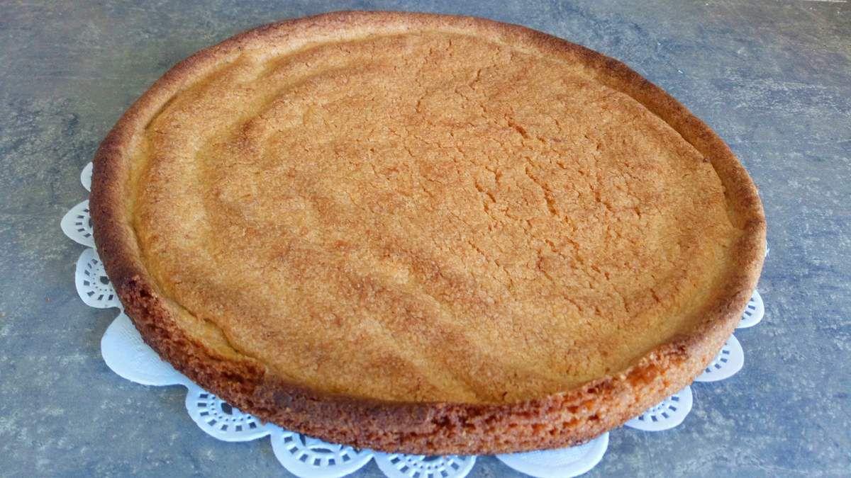 Recette : 1) préparez un sablé breton (recette sur le blog) 2) chablonner d un chocolat préalablement fondu le fond de sablé (cela évitera que votre pâte détrempe à cause de l'humidité de la crème et les fruits) 3) préparez une crème verveine citron, mettre 50cl de crème ds une casserole, ajoutez les feuilles de deux branches de verveine citronné, faire bouillir et laissez infuser 10 min. Refroidir complètement cette crème 4) fouettez la crème + 50g de sucre glace + vanille en poudre + 3 c à s de mascarpone 5) appliquer à la douille cette crème puis installez vos fruits 6) glacez les fruits