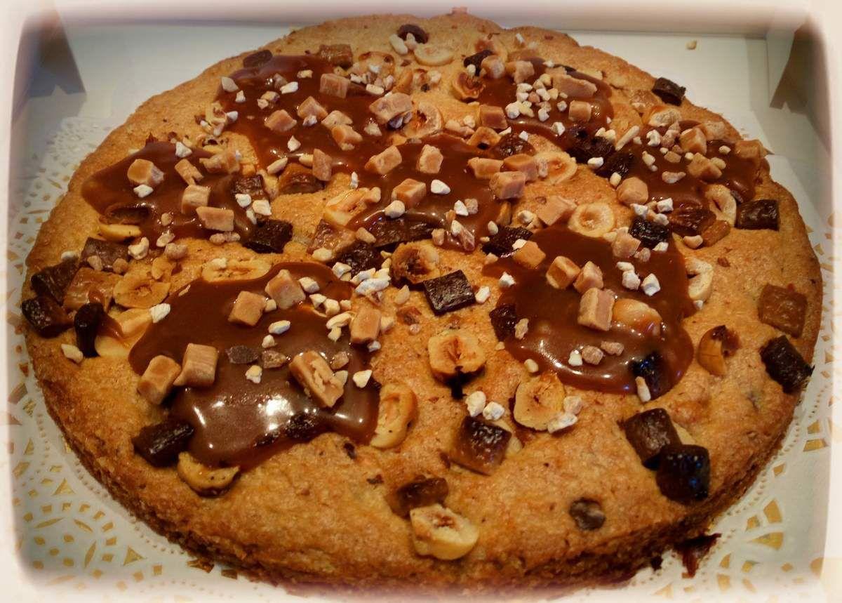 Pour 2 cookies xxl ( cercle 20 cm) inspiration de la recette du grand chef cedric grollet: 1) travaillez 160g de beurre + 200g de cassonade +40g de sucre blanc + 30 g de poudre de noisette 2) ajoutez 8g de fleur de sel 3) ajoutez 75g d œufs + 320g de farine + 1c à c de levure chimique + 100g de noisettes concassées, torréfiés 4) mettre au frais 5) étendre la pâte et positionner votre cercle dessus, découpez le sur plus, enfoncez des noisettes caramélisées ou nature sur le dessus ainsi que des chunks 3 chocolats 6) cuisson 170° pendant 10 à 15 min 7) dès la sortie du four, mettre 3 à 4 c à c de caramel au beurre salé, puis y parsemer des noisettes
