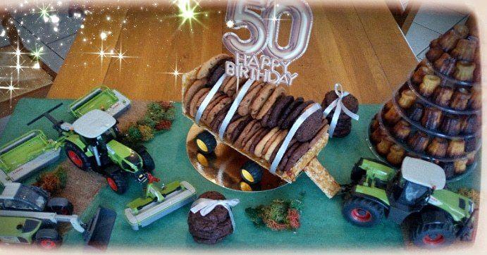 Plateau de gourmandise composé de 70 cookies double saveurs (recette sur le blog)  positionnés sur une remorque en nougatine et d'une pyramide de 70 cannelés( recette sur le blog) Pour accompagner un dessert lors d une fête 🥂, ici pour les 50 ans de mon beau frère, thème l'agriculture.