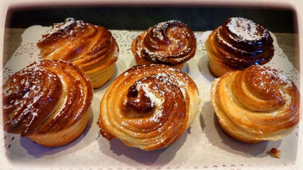 Entre le croissant et le muffin , voici un savoureux mélange des genres . Une recette provenant des USA . Une viennoiserie croustillante et moelleuse