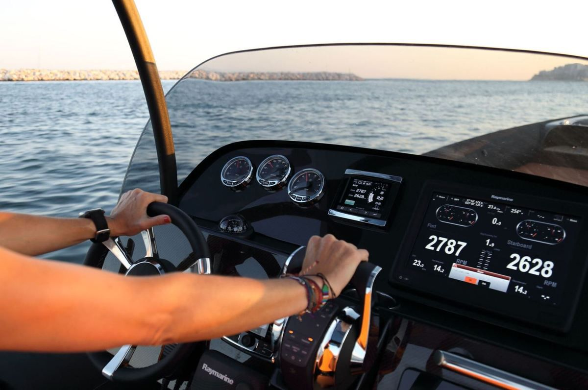 Technohull Sea Dna 999, high luxury running at... at 90 knots !!
