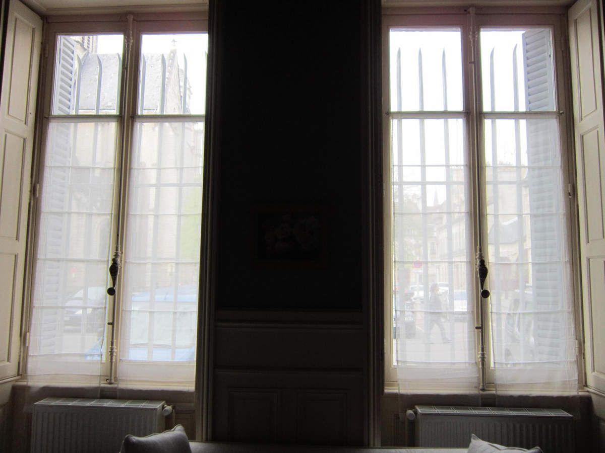 Par les deux fenêtres on voit la Place St Michel. Très important dans ce roman en huis-clos où on épie derrière les fenêtres et où on écoute aux portes !