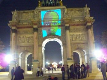 Projection sur l'arc de triomphe  du Carrousel d'un autoportrait d'Arnaud Prinstet, Paris, Nuit blanche 2007