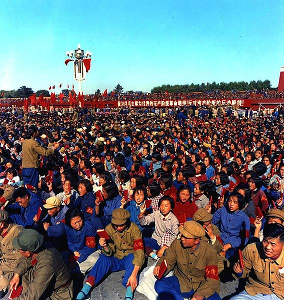 Gardes rouges sur la place Tian'anmen à Pékin le 15 septembre 1966. Slogan : « Pas de fondation sans destruction »,