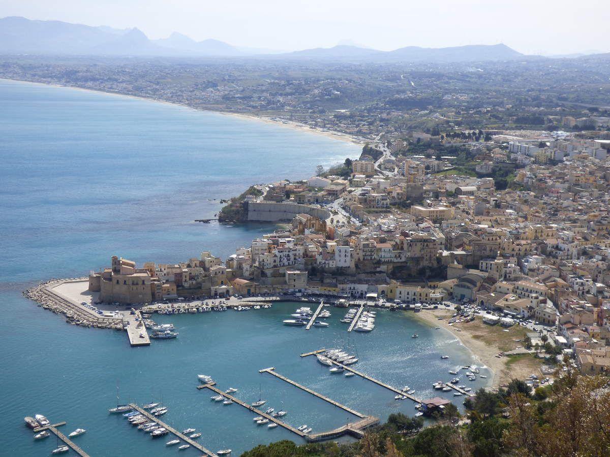 Vue générale sur Castellamare del Golfo en descendant de Scopello