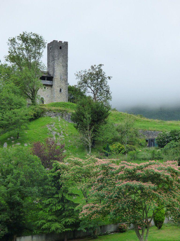 Castet, sa tour médiévale, son étang et une jolie fenêtre.