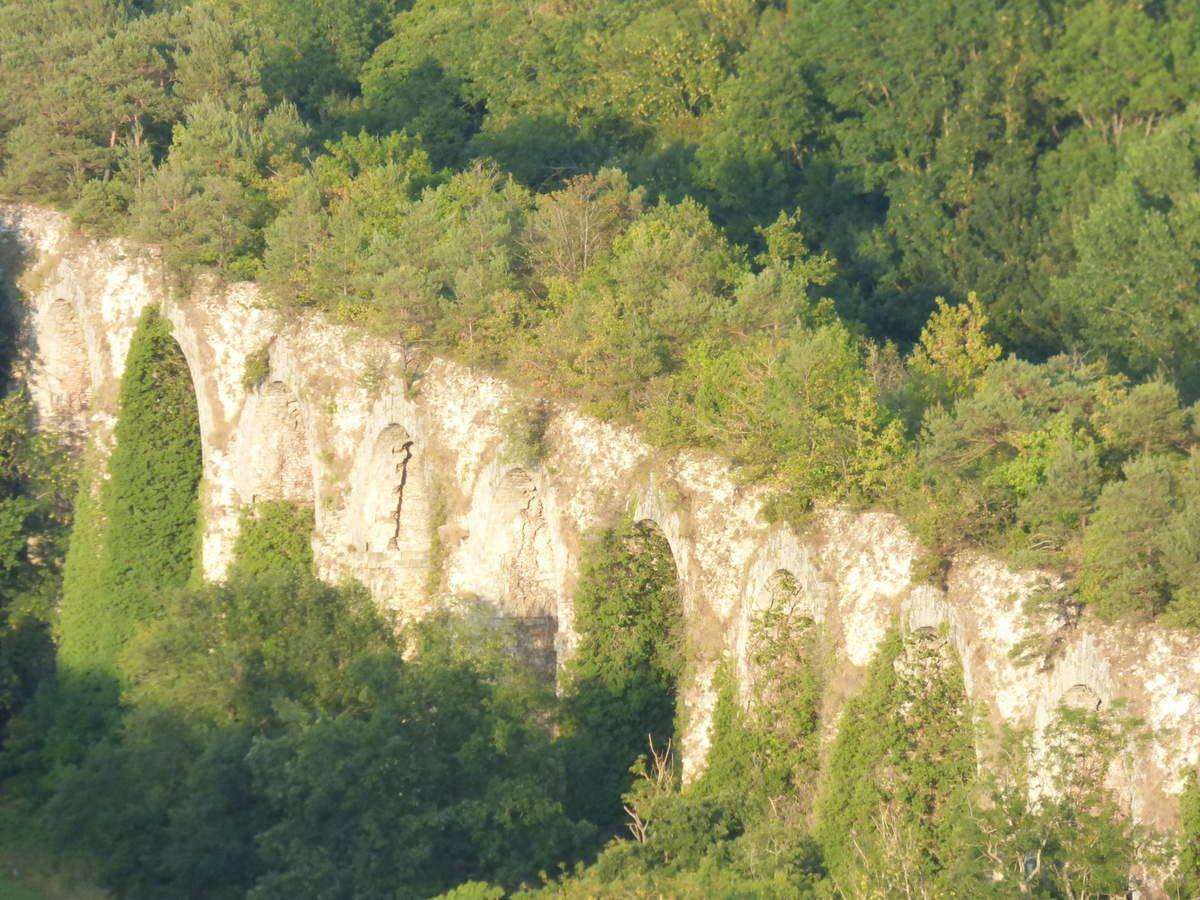 L'aqueduc et au loin la plaine de la Beauce