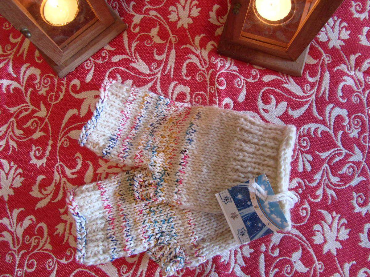 """Modèle court """"sorbet de neige"""", en laine et coton. Pour mains moyennes. Tarif: 30€"""
