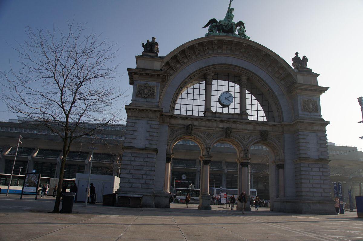 """Portail de la gare de Lucerne et Train """"Inter Régional"""" à Coire (Chur)"""
