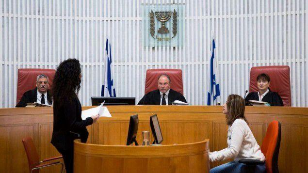 Les magistrats de la cour Suprême Yoram Danziger, au centre, Anat Baron, à droite, et Uri Shoham dans la salle d'audience de la Cour Suprême à Jérusalem, avant une séance du tribunal le 7 décembre 2016 (photo : Hadas Parush/Flash90)