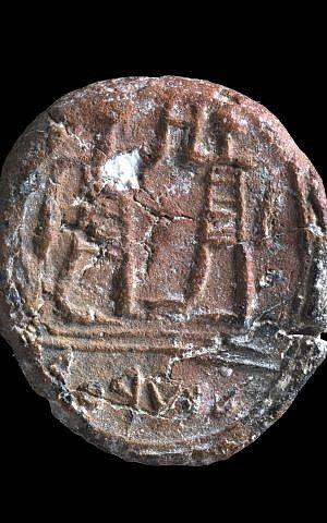 A 100 mètres du mur Occidental de Jérusalem, l'empreinte datant de la période du Premier temple, publiée en décembre 2017, porte une inscription : « Au gouverneur de la ville » (Crédit : Clara Amit, Autorité israélienne des Antiquités)