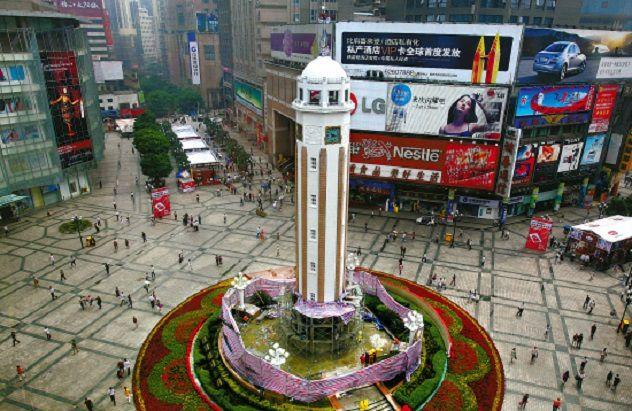 La place du monument de la libération du peuple à Chongqing (Chine), noire de monde à Noël 2016 était bien vide à Noël 2017...