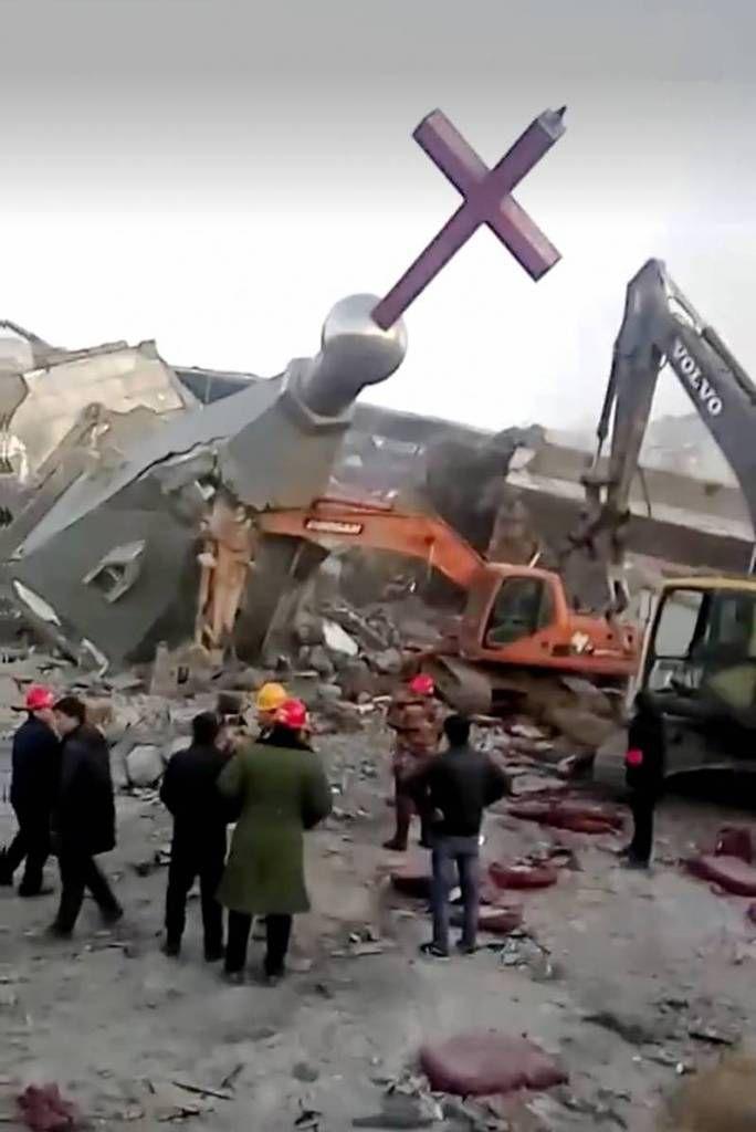 la destruction du bâtiment sous l'oeil des autorités (photo : CHINA AID ASSOCIATION)