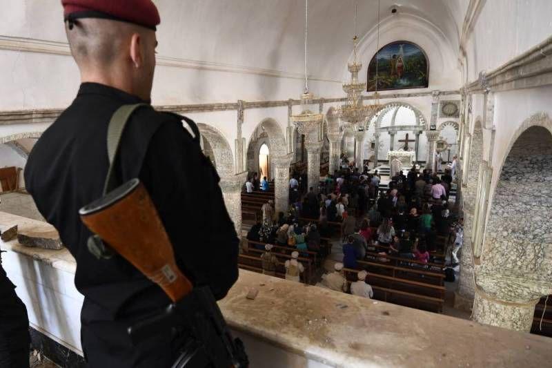 Les cultes chrétiens sont entourés d'une protection particulière, ici à Karakosh, ville reprise à Daesh en octobre. (photo : AFP / CHRISTOPHE SIMON)
