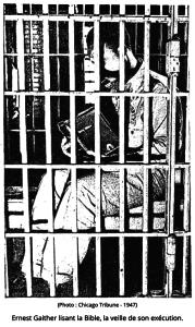 Ernest Gaither lisant la bible la veille de son exécution (photo : Chicago Tribune, 1947)