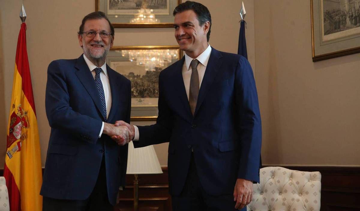 Pedro Sanchez (à droite) remplace désormais Mariano Rajoy ( à gauche) . (photo :  ULY MARTÍN )