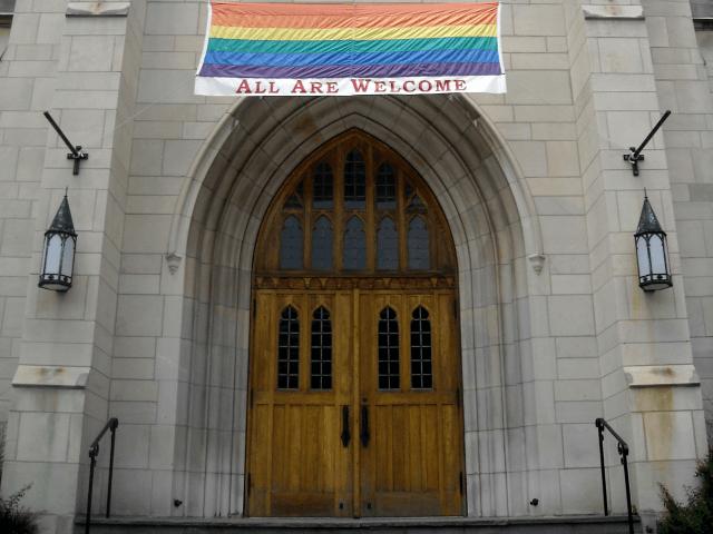 L'Eglise anglicane d'Angleterre encourage son clergé à mettre en place des cérémonies de style baptismales pour les personnes transgenres afin de favoriser leur accueil dans l'institution.