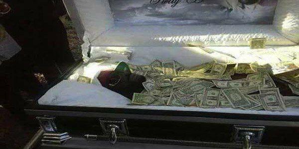 Charles Obong voulait échapper à l'enfer, il avait demandeé à sa femme de mettre dans son cercueil 176.000 $ pour entrer au ciel.