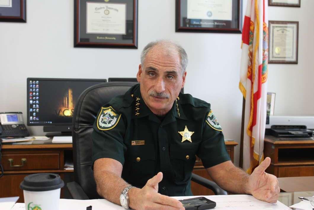 Suite à une vague d'attaques les visant, le sheriff du comté de Volusia, Mike Chitwood conseille clairement aux églises de s'équiper d'armes à feu...(photo : Matthew Peddie, WMFE)