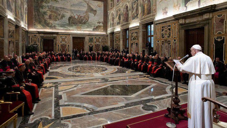 Le pape François prend la parole lors des salutations traditionnelles à la Curie romaine dans la salle des Clémentines du palais apostolique, au Vatican, le 21 décembre 2019.  (photo : Vatican media / Reuters)