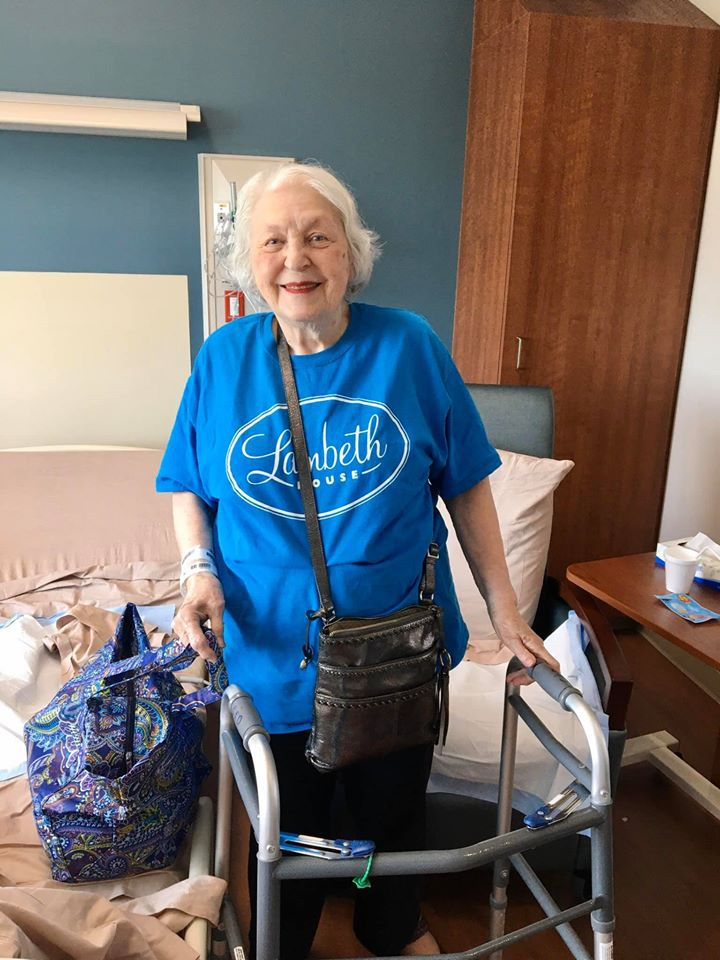 Après deux semaines d'hôpital et deux autre semaines dans un centre de convalescence, Joyce a pu rentrer chez elle totalement guérie. (photo : Facebook/Rhonda Kelley)