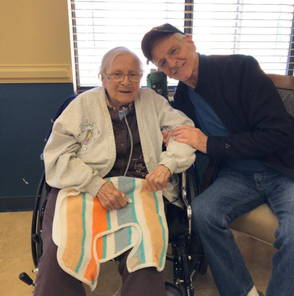 Dieu continue de déjouer des pronostics médicaux. Cette dame de 100 ans est un témoignage de la grâce de Dieu.  Le coronavirus a été vaincu par sa foi et celle de ses proches malgré ses antécédents de vieillesse et d'asthme. (photo : Facebook/ Bill Brachman)