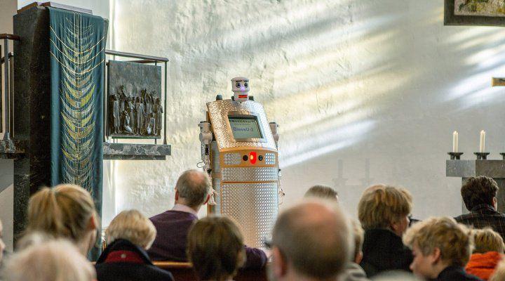 Pour fêter les 500 ans de la Réforme protestante, un pasteur allemand a installé dans son église un robot-prêtre capable de bénir les fidèles en 5 langues différentes. L'initiative doit lancer le débat sur l'évolution des mœurs religieuses. (photo : Twitter/ Andreas Muxel)