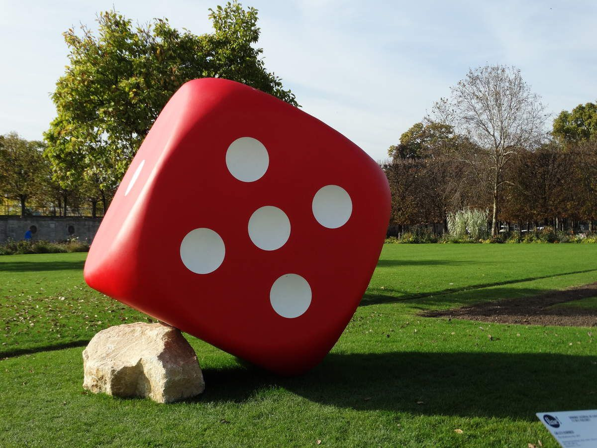 The Misthrown Dice, 2017 -  Gilles Barbier -  Aluminium thermo laqué, métal, rocher -   200 x 200 x 200 cm