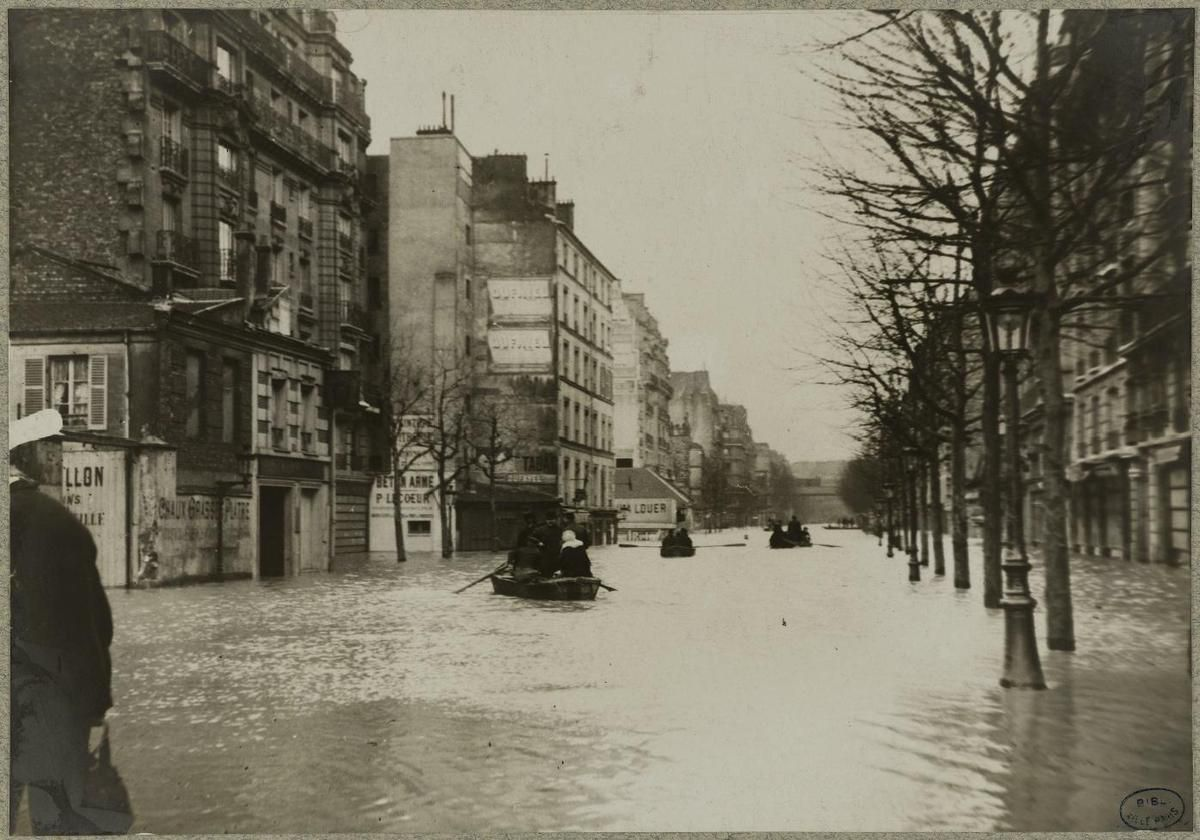 Inondation. 1910. Paris.  Avenue Ledru-Rollin :  photographie  Albert Harlingue. Source : Ville de Paris / BHVP / Roger-Viollet