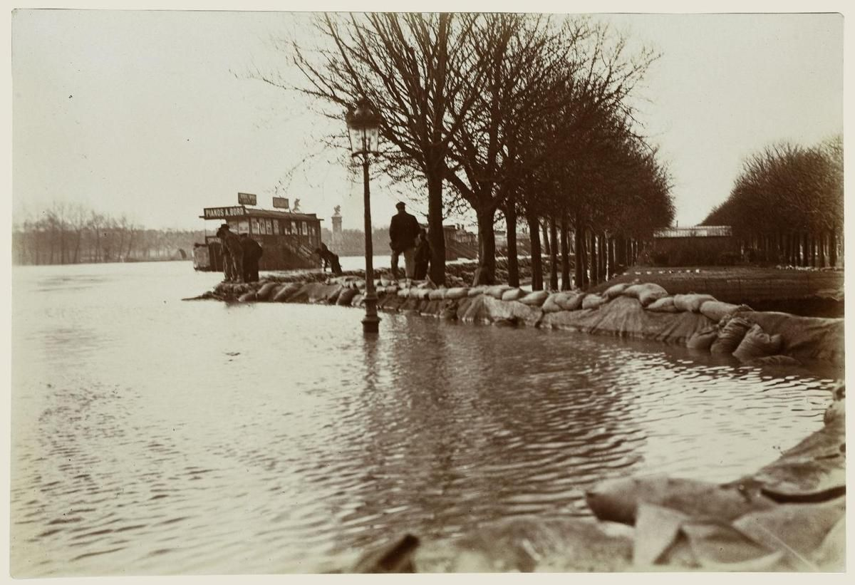 Inondation. 1910. Paris. Barrage place de la Concorde : photographie  Harry C. Ellis. American Flashlight Photographer. 13, rue Brey, Etoile, Paris – Source Ville de Paris / BHVP / Roger-Viollet