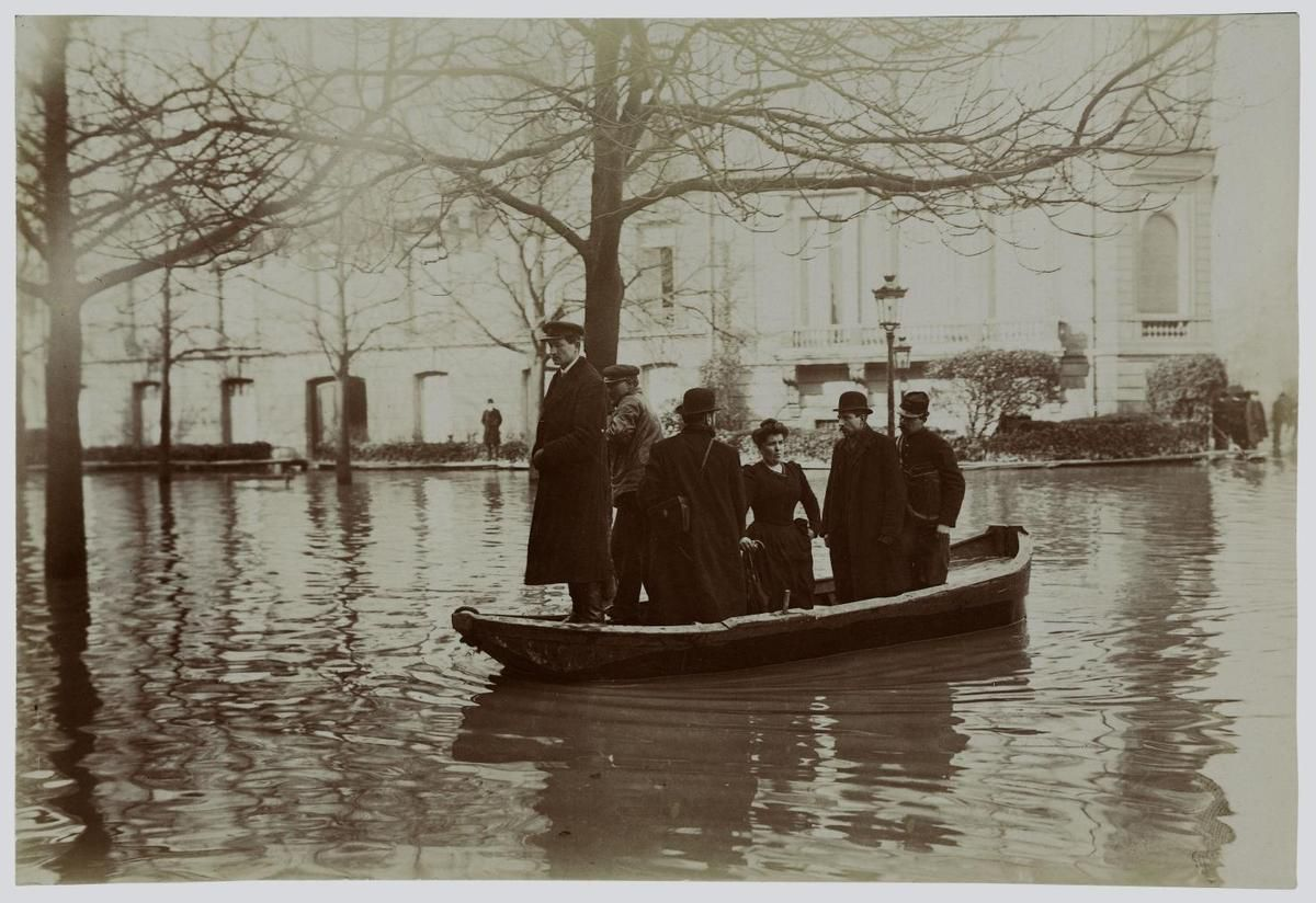 Inondation. 1910. Paris. Avenue Montaigne :  photographie  Harry C. Ellis. American Flashlight Photographer. 13, rue Brey, Etoile, Paris – Source : Ville de Paris / BHVP / Roger-Viollet