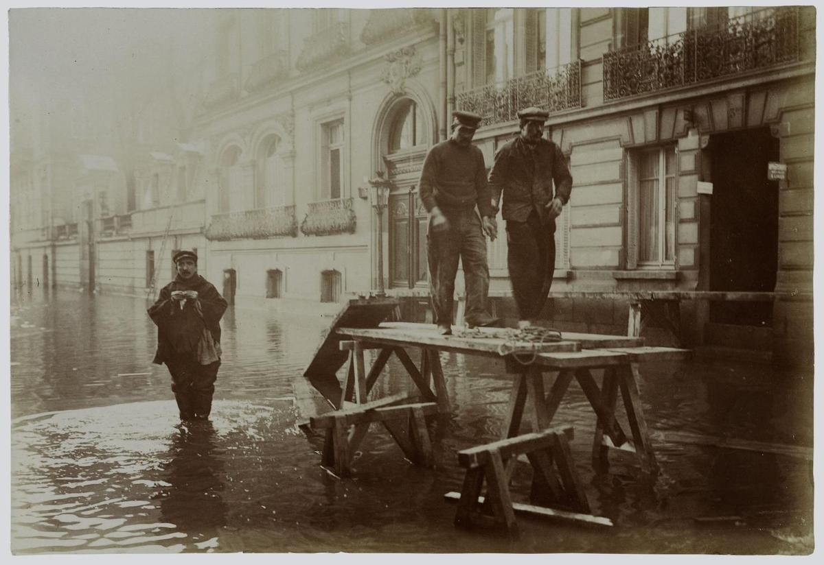 Inondation. 1910. Paris. Rue Clément Marot : [photographie  Harry C. Ellis. American Flashlight Photographer. 13, rue Brey, Etoile, Paris – Source : Ville de Paris / BHVP / Roger-Viollet