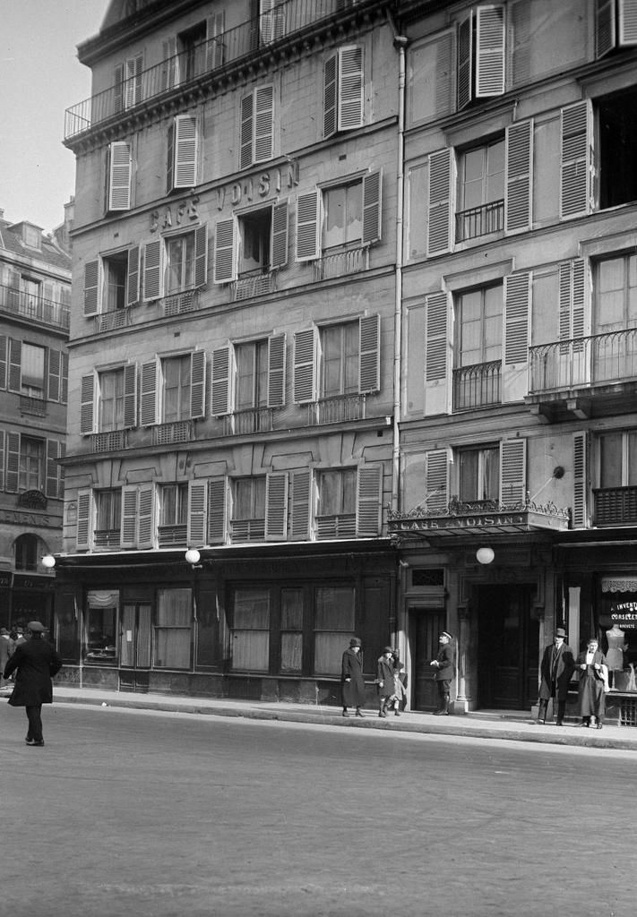 Paris. Café Voisin. Façade. Angle de la rue Cambon et de la rue Saint-Honoré, 1er arr. – photo : Thérèse Bonney (1894-1978) -  source© The Bancroft Library, University of California, Berkeley / Thérèse Bonney / BHVP / Roger-Viollet.