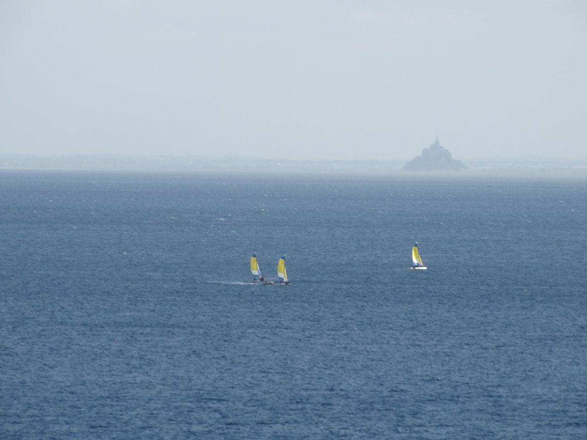 Le Mont Saint Michel dans la brume (depuis la pointe du Grouin)