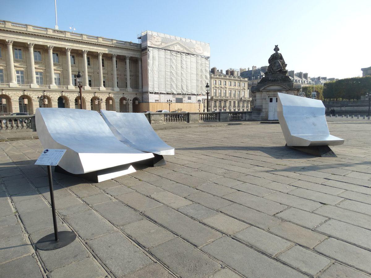 Claude Parent – Les ilots (2010) - Acier et aluminium ; 150 × 180 × 230 cm, 130 × 130 × 265 cm, 210 × 150 × 300 cm