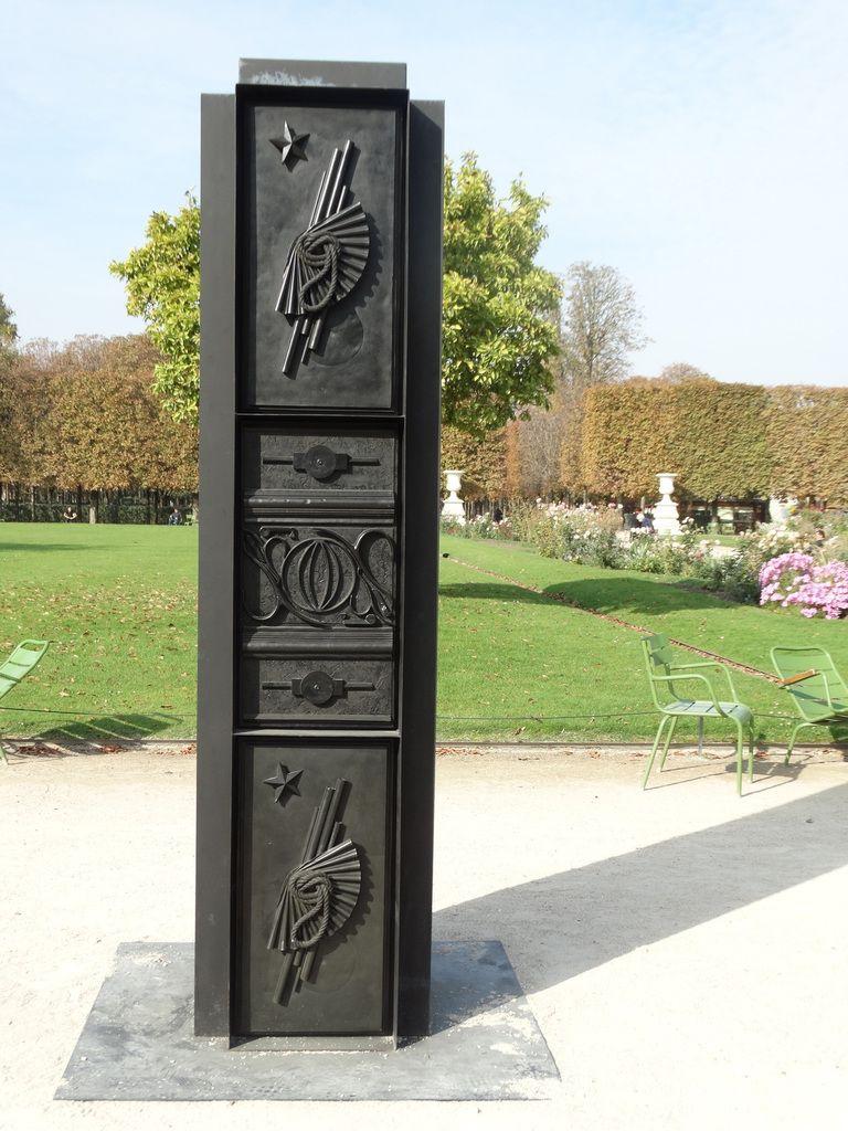 Isabelle Cornaro - God Box (Columns) ; Acier peint, élastomère ; 274 x 66 x 66 cm chaque