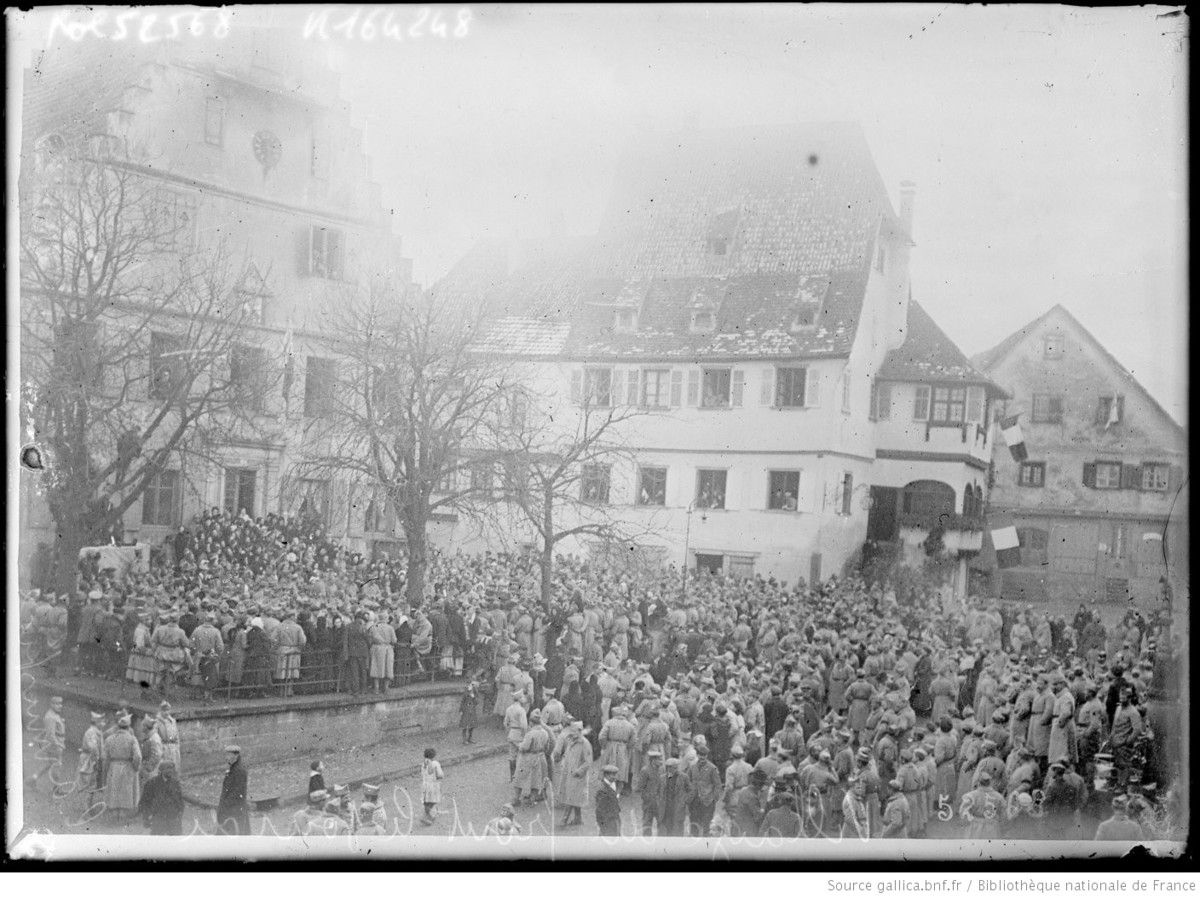 Village du front le jour de l'armistice - photographie de presse - Agence Rol  Agence photographique - Source : gallica.bnf.fr / Bibliothèque nationale de France