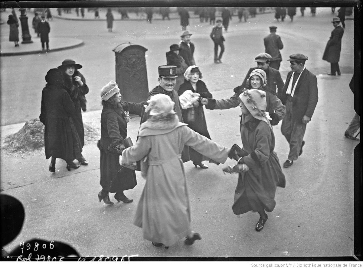 Ronde de catherinettes autour d'un agent de police, à Paris (1922) - photographie de presse - Agence Rol  Agence photographique - Source : gallica.bnf.fr / Bibliothèque nationale de France
