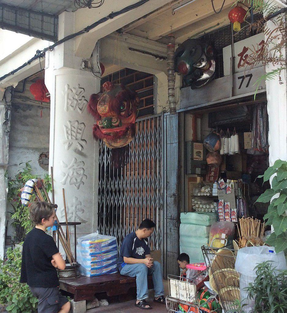 Pause garage, villes coloniales et lucioles de l'ouest malais