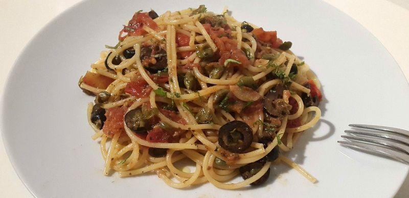 Ce plat de pâtes est originaire de Naples. Rapide à préparer, la cuisson des pâtes peut se faire en même temps que la sauce. Mais on peut la faire d'avance et la réchauffer au moment de mettre les pâtes. L' Italie dans notre assiette