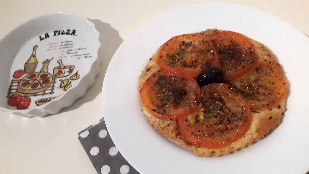 Pour une petite entrée ou en plat avec une salade. Je préfère les tartelettes (4 grosses) mais une grande fait tout aussi bien. Je fais un mélange de parmesan et chapelure pour absorber le jus des tomates et elles sont très croustillantes. J'adore...!